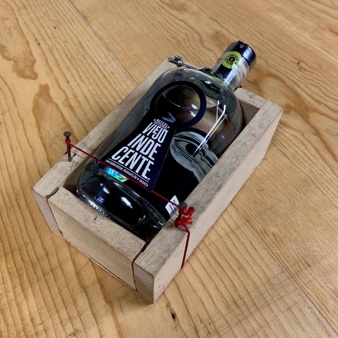 Viejo Indecente bottle label holder